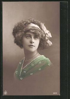 old postcard: Foto-AK NPG NR 3653: Porträt einer Frau mit Perlenkette