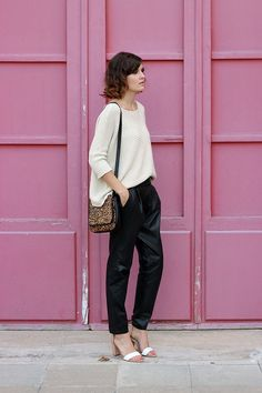 White loose sweater with black leather pant and leopard leather hand bag and pumps