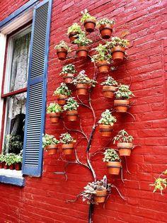 Kreative Idee! Das Metall zeigt die Umrisse eines Baumes und die Pflanztöpfe geben euren Blumen ein platzsparendes Zuhause. #vertikal #Garten