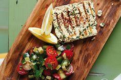 """Zum Grillen einen veganen Kräuter-Käse mit einem Gurken-Tomaten-Salat aus dem Buch """"einfach vegan - draußen kochen"""" von Roland Rauter selber machen."""