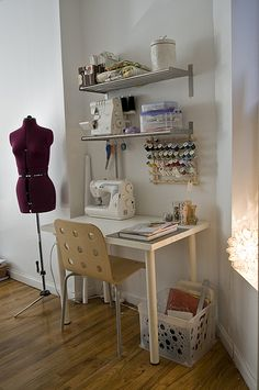 57 ideas for small art studio room design Sewing Nook, Sewing Room Design, Sewing Spaces, Small Sewing Space, Tiny Sewing Room, Design Room, Sewing Station, Coin Couture, Sewing Room Organization