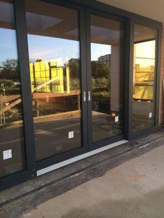 ✨ ✨ Schuifpui in villa Greb. Double Sliding Doors, Sliding Patio Doors, Door Design, House Design, Garage Guest House, Slider Door, Casa Clean, French Doors Patio, Interior Windows