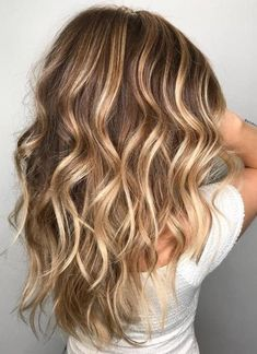 50 Ideen für hellbraunes Haar mit Highlights und Lowlights 50 ideas for light brown hair with highlights and lowlights Balayage Caramel Blonde, Balayage Hair, Balayage Brunette, Blonde Brunette, Brown Blonde Hair, Light Brown Hair, Brown Curls, Golden Blonde, Blonde Wig