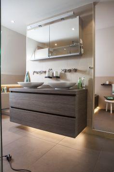Een ruim badkamermeubel tegen een nis aangebouwd. Het perfecte meubel met extra veel opbergruimte.