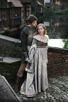 El matrimonio entre Eduardo e Isabel se celebró en Grafton Regis, propiedad de la familia Woodville, el 1 de mayo de 1464. El enlace fue desconocido por la opinión pública. Para ese entonces, el consejero de Eduardo, Ricardo Neville, conde de Warwick, negoció una alianza nupcial con Francia.