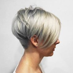 Silver Pixie With Bangs And Nape Undercut Silber Pixie Mit Pony Und Nacken Undercut Frisuren Short Hair With Layers, Long Hair Cuts, Blonde Layers, Short Hairstyles For Women, Hairstyles Haircuts, Nape Undercut, Short Undercut, Longer Pixie Haircut, Haircut Long