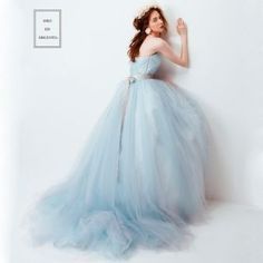 f895a0c199bbe ANGELIQUEのチュールが動くたびに表情を変えるふわふわスモーキーブルーのドレス ゼクシィ - ウエディングドレスを探す