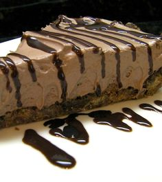 Delicious easy no-bake chocolate cheesecake that takes only 8 minutes to be ready. If you're a fan of dessert recipes or chocolate, this one is for you. Köstliche Desserts, Delicious Desserts, Dessert Recipes, Yummy Food, Food Cakes, Cupcake Cakes, Cupcakes, No Bake Chocolate Cheesecake, Cheesecake Pie