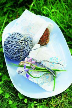 Butterbrottüten bedrucken oder anmalen und für das Picknick kleine Brötchen darin einpacken. Mit lilafarbener Kordel umwickeln und Wiesenblumen dazustecken burdafood.net/Jan-Peter Westermann. http://www.meine-familie-und-ich.de/