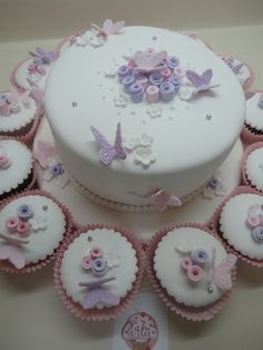 Torta y cupcakes de Mariposas y flores....lindo para un Bautizo o Primera Comunión!