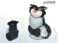 Figura de Lucifer, el gato de Lady Tremaine, la madrastra de Cenicienta. Figura de 8-9 cm aprox. Hecha totalmente a mano. Materiales: arcilla polimérica FIMO.