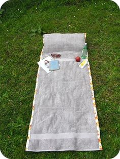 Tutorial for sunbathing towel with pillow that wraps up into a tote. Cute and easy. Would be a good gift!