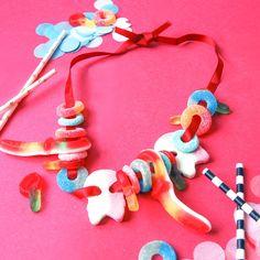DIY godishalsband / DIY Candy neckless Barn, Presents, Candy, Christmas Ornaments, Holiday Decor, Birthday, Diy, God, Gifts