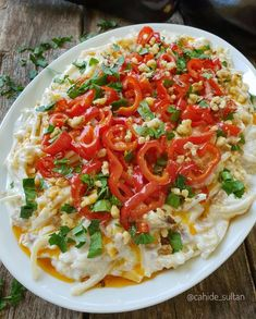ULT ❤ ♨ SULTAN SALAD / Ingredients: A cup of homemade noodles 2 roasted eggplants 2 cups yogurt 2 cloves of garlic 2 red peppers pepper half tea cup olive oil Salt 1 tea cup ground walnut A pinch of parsley. Salad Menu, Salad Dishes, Cottage Cheese Salad, Turkish Recipes, Ethnic Recipes, Great Salad Recipes, Dinner Salads, Salad Ingredients, Easy Salads