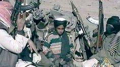 Hamza bin Laden recita un poema dedicado al entonces líder supremo de los talibanes de Afganistán, Mullah Mohammad, en 2001