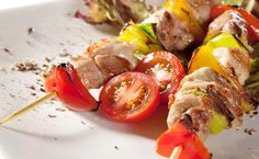 kebab sticks: Japanese Skewered Chicken (yakitori) with Vegetables Epicure Recipes, Halal Recipes, Healthy Recipes, Yummy Eats, Yummy Food, Tzatziki Chicken, Healthy Cooking, Healthy Eating, Kebab Sticks