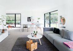 70'er-huset med rødt træværk og gule mursten blev forvandlet til en moderne, hvid funiksvilla med plads til livet som børnefamilie. Kig med, og lad dig inspirere af Malene og Mortens hyggelig base i Haderslev.