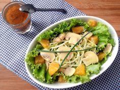 Salada de alface com espaguete de abobrinha, laranja, champignons e molho de mostarda