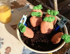 Make a treat for the easter bunny where even the soil is edible. Kids craft diy. Instructions in swedish. Google translate is your friend.