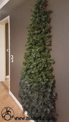 DIY Flat Christmas Tree - Kerstin Weingardt - Re-Dekoration Wall Christmas Tree, Diy Christmas Lights, Noel Christmas, Outdoor Christmas Decorations, Christmas Wreaths, Christmas Crafts, Homemade Christmas, Christmas 2019, Christmas Cookies