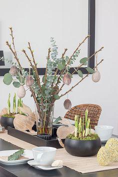 schlichte Ostertischdeko mit Frühlingsblühern und DIY Feder-Ostereiern - ein DIY-Beitrag von @stylishlivinghh auf www.schoen-bei-dir.com #Ostern #Easter #DIY #Osterdeko