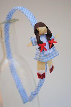 tiara da Dorothy, do clássico O Mágico de Oz  esculturas feitas com fitas de tecido xadrez e gorgorão à mão.    **ARCO DE TAMANHO ÚNICO - 39CM DE PONTA A PONTA