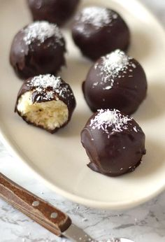 Bounty balls small balls made with and covered in pure chocolate delish! (in Dutch) Twix Cupcakes, Cake Cookies, Cake Pops Recept, Macarons, Honey Dessert, Protein Donuts, Balls Recipe, Dessert Recipes, Desserts