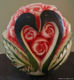Festival Anguria sculpture of fruit Watermelon Basket, Watermelon Fruit, Carved Watermelon, Veggie Art, Fruit And Vegetable Carving, Veggie Food, Watermelon Carving Easy, Fruits Decoration, Watermelon Festival
