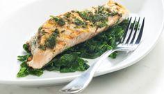 : Lachs auf Blattspinat ist die perfekte Kombi aus Fischgericht und einer Extraportion Vitamin C und Mineralstoffe