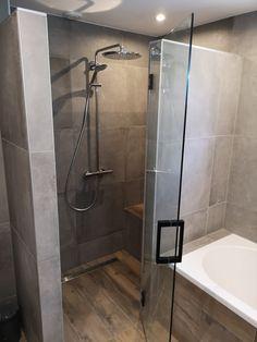 Prachtige resultaatfoto's, waar de combinatie van Betonlook en Houtlook wordt uitgelicht. Keramische Houtlook Tegels zijn ideaal om Hout te verwerken in vochtige ruimtes als de badkamer en het toilet. Deze Bruine tinten gaan hand in hand met de industriële Gravity Dust Betonlook Tegels aan de wand. Een ruimte met rust en karakter. Mooi! Bathroom Renos, Bathroom Layout, Bathroom Interior Design, Interior Design Living Room, Small Bathroom, Master Bathroom, Buy My House, Relaxing Bathroom, Shower Cabin