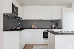 Valkoinen keittiö on aina tyylikäs, tummat yksityiskohdat tekevät tilasta näyttävän. #keittö #sisustus #sisustusinspiraatio #keittiökaapisto