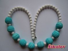 Tyrkysové korále doplněny bílými korálky. Beaded Necklace, Jewelry, Fashion, Fimo, Beaded Collar, Jewlery, Moda, Pearl Necklace, Jewels