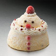 【こちらの商品はアイスケーキです。解凍せずそのままお召し上がりください】子どもが作ったかわいい雪だるまをイメージしてふんわりとした印象に。バニラと苺のソースを組み合わせたクリスマス限定のアントルメグラッセです。