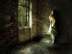 Una mujer sola dentro de una casa en el campo