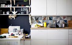Pintar uma parede com tinta de ardósia pode constituir uma bonita decoração e também pode ser muito útil