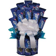 All Our Oreo Cookie Bouquet is designed using 21 packages of Oreo cookies to make up this spectacular cookie gift. If you know someone who is crazy about Oreo cookies, this is the gift for them. Bouquet Cadeau, Gift Bouquet, Cookie Bouquet, Cookie Gift Baskets, Cookie Gifts, Candy Gifts, Basket Gift, Candy Boquets, Candy Bar Bouquet