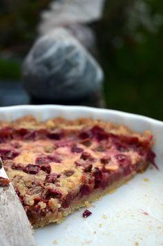Den her tærte er ikke bare verdens nemmeste, den er også verdens bedste - de nye rabarberstilke dufter af sommer og sammen med sprød dej og det blide flødefyld er tærtens helhed uimodståelig. Den e...