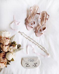 Ornement de tête Mélampre  Sac et souliers disponibles en boutique ✨... beautiful accessories for your blush wedding/ hair ornements/1861.ca/boudoir 1861 bridal store