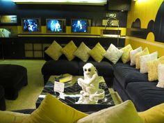 A sala de TV, onde Elvis gostava de assistir as suas 3 televisões ao mesmo tempo