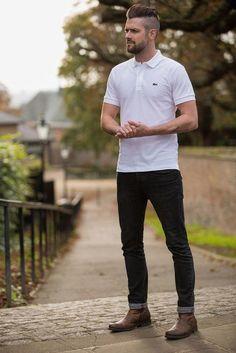 Um estilo básico com camisa polo branca e calça preta, mas que cria um visual excelente. Rugged Style, Sexy Bart, Best Polo Shirts, Stylish Men, Men Casual, Casual Shirt, Casual Jeans, Smart Casual, Brown Boots Outfit