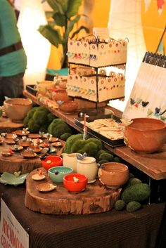 Tashamack show! Cute ways to display ceramics and other small items...
