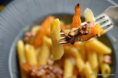 Paste cu dovleac si ceapa caramelizate | Savori Urbane Paste, Macaroni And Cheese, Tableware, Ethnic Recipes, Kitchen, Food, Mac And Cheese, Dinnerware, Cooking