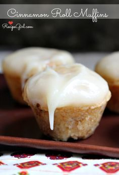 Cinnamon Roll Muffins with Cream Cheese Frosting. Do you see that icing dripping down the sides of that luscious cinnamon roll muffin? Just Desserts, Delicious Desserts, Dessert Recipes, Yummy Food, Cupcakes, Cupcake Cakes, Think Food, Love Food, Biscotti