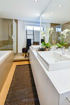 Koupelna v patře slouží Anně a dcerám. Je vybavena dvěma umyvadly Catalano s bateriemi Gessi, akrylátovou vanou i sprchovým koutem. Velkofor...
