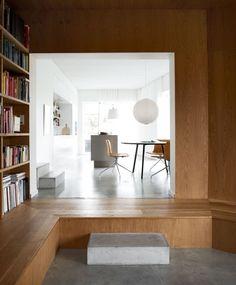 Les Wienberg, un couple d'architectes suédois, ont conçu leur maison d'été pour répondre aux besoins de toute la famille. Achevée en 2006, cette résidence de 200 m2 dispose d'une lumière naturelle importante et d'un choix de matériaux (bois, et béton) qui donne une sensation de chaleur et de fraicheur simultanément.