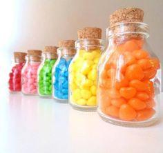 Mini Vidrinho 60ml + rolha.    Serve para decorar a mesa de doces ou do bolo; entregar como lembrancinha no final da festa/ comemoração.  Os vidrinhos vão vazios com as rolhas .  Pedido mínimo: 20 unidades.    Se Quiser com as balinhas o pacote de 500 grs sai por  R$ 10,00 temos nas cores, amarela laranja, vermelha rosa e azul e verde.    A personalização com o rótulo sai cada rótulo por R$ 1,00, R$ 1,60