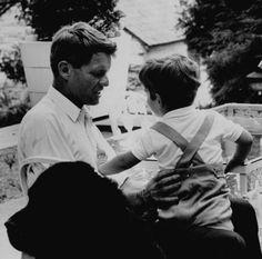 Robert Kennedy with John Kennedy Jr. and his daughter Courtney, 1964 Les Kennedy, John Kennedy Jr, Ethel Kennedy, Caroline Kennedy, Jfk Jr, Berlin, Greatest Presidents, American Spirit, European Tour