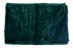 Webpelz - home INTERIOR  #homeinterior #interiorshop #onlineshop #webpelz #kunstpelz #kunstfell #plaid #decke #hochwertig #vegan #wohnaccessoires #textilien #chalet #modern #webpelzdecke #webpelzkissen #petrol #grün #blaugrün #metallic #greenery #trend #trendfarbe