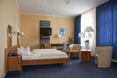Auf zwei Ebenen befinden sich 30 Zimmer inklusive Telefon und Kabelfernseher mit einem Vorraum und Duschbad.