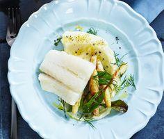Bakad torsk med vit sparris och en syrlig citronpotatispuré som tillbehör. Sparrisen bryns i olja där mandel, dill och citron bidrar till smaken. Medan torsken steks färdigt i ugnen pressas purén med varm mjölk, smör och citronskal. Smaklig måltid.